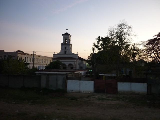 Iglesia con el tren andando