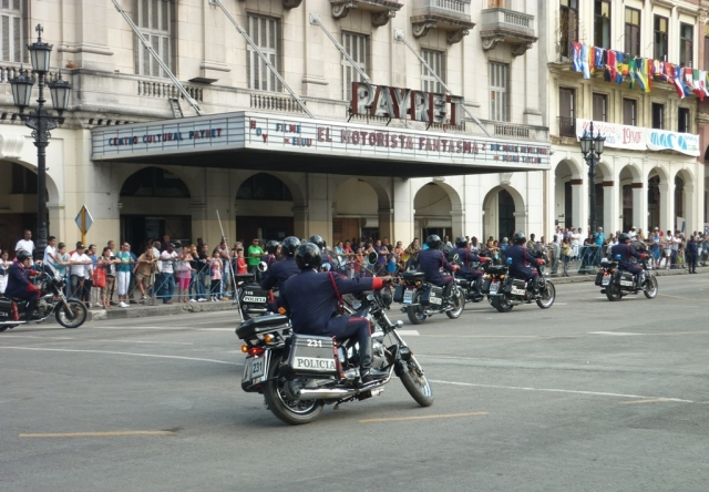 La motorizada cubana en espera de la aparición del motorista fantasma... o escenificando la obra.