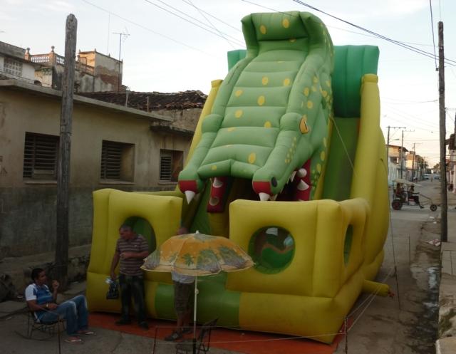 Monstruos inflables para qe los niños se deslicen dentro de ellos