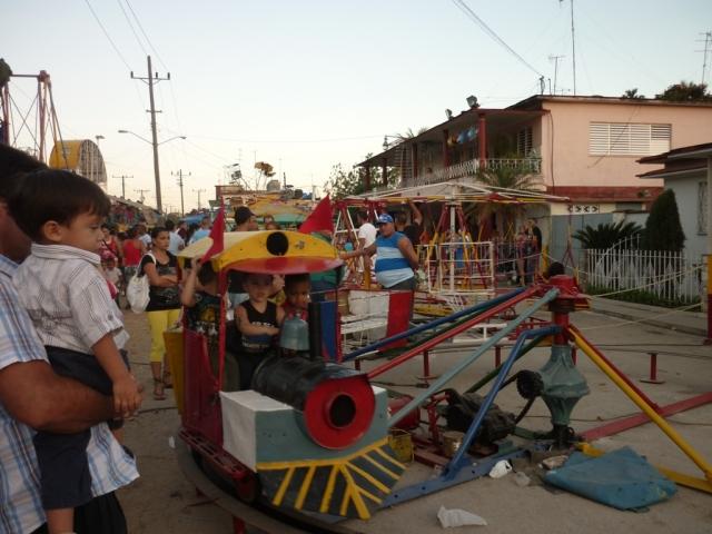 Trencito que da vuelta en círculos para mover a los niños para que cumplan con la cuota de cinco pesos. Foto: Javier Montenegro
